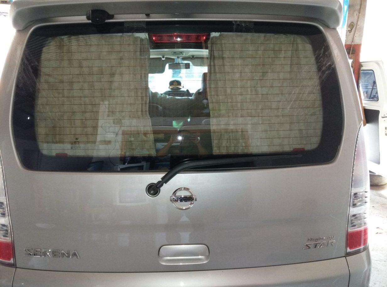 Pemasangan kaca mobil belakang Nissan Serena